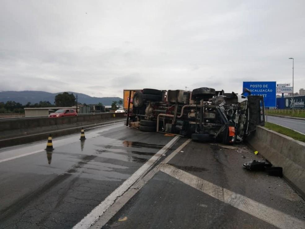 Trabalhos de destombamento do caminhão começaram por volta de 15h45 desta sexta — Foto: PRF/ Divulgação