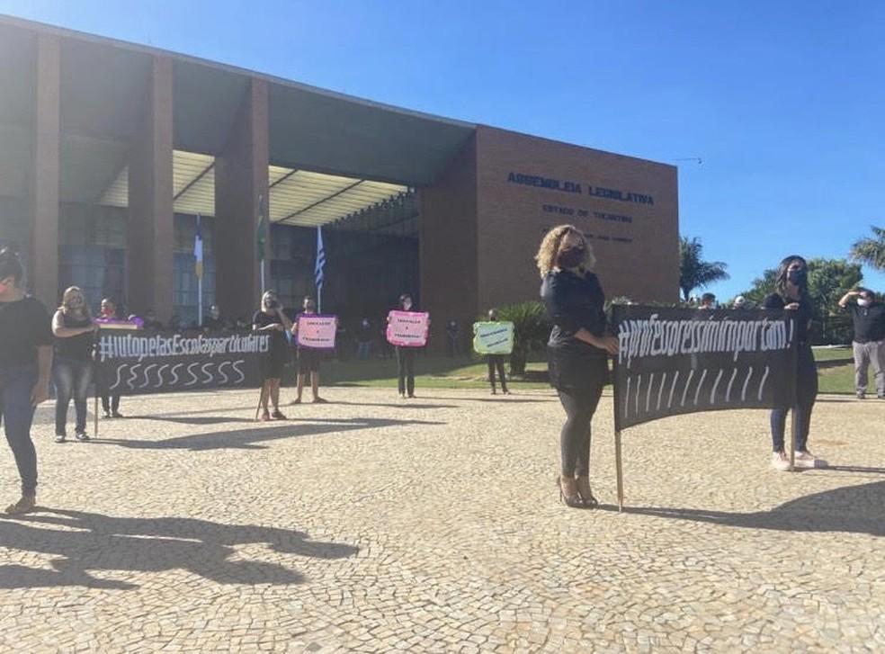 Protesto contra lei que reduz valor das mensalidades foi feito por professores e sindicatos em Palmas — Foto: Guilherme Lima/TV Anhanguera