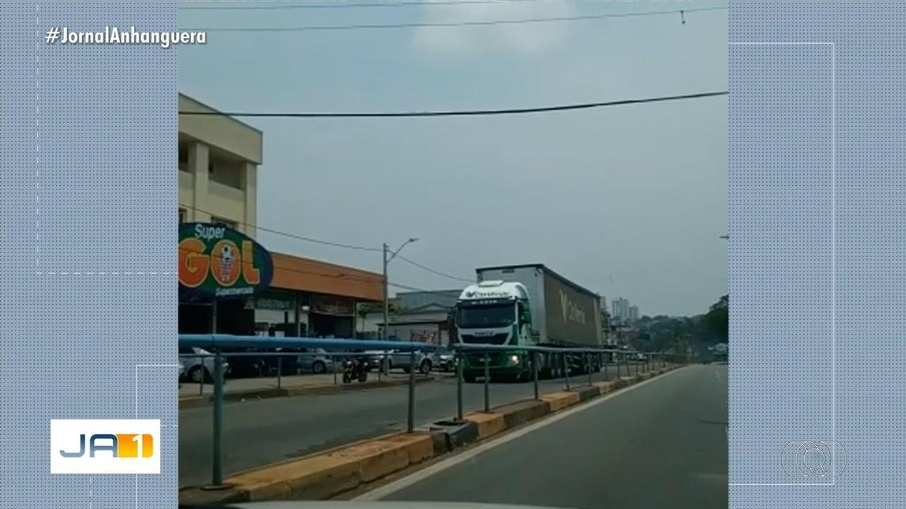 Caminhão entra por engano em corredor exclusivo de ônibus, em Goiânia