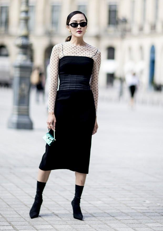 O vestido com a blusa por baixo é uma ideia incrível para a meia estação  (Foto: Imaxtree)