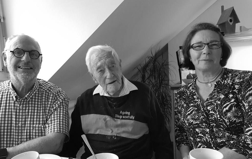 O cientista (meio) em seu último café da manhã na clínica. Ele estava acompanhado do médico Philip Nitschke (esquerda) e sua amiga Carol O'Neil (esquerda) (Foto: Exit International)