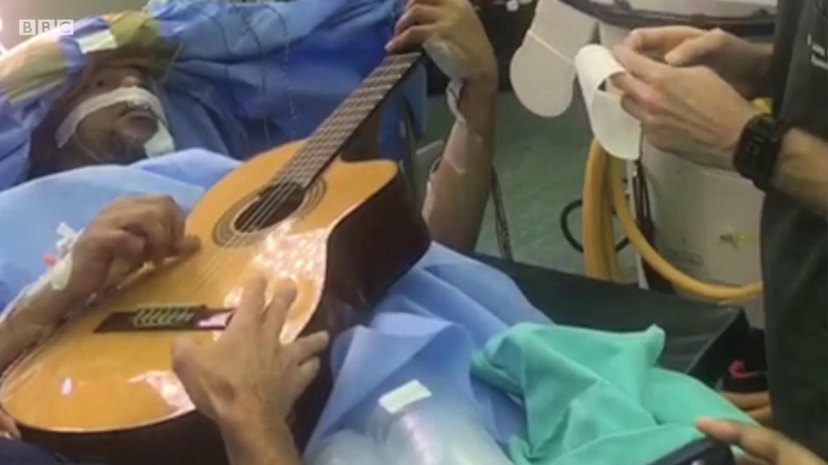 O homem que tocou violão enquanto passava por uma cirurgia no cérebro