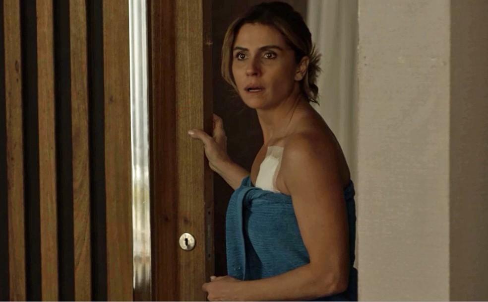 Luzia fica passada ao sair do banho e ver o seu grande amor (Foto: TV Globo)