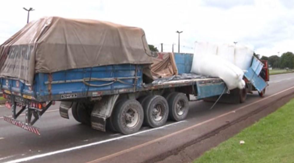 Carroceria de caminhão quebrou e, segundo empresa, uma tonelada de farinha de trigo caiu do veículo, na BR-277, em Foz do Iguaçu (Foto: RPC/Reprodução)