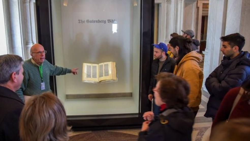Uma das poucas cópias completas da Bíblia de Gutenberg impressas em pergaminho está na Biblioteca do Congresso dos Estados Unidos �?? Foto: Getty Images via BBC