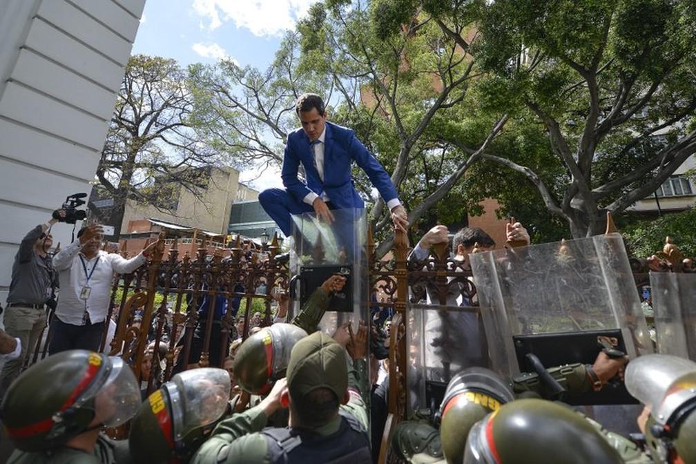 Juan Guaidó tenta entrar na Assembleia Nacional venezuelana em janeiro de 2020 — Foto: AP Photo/Matias Delacroix