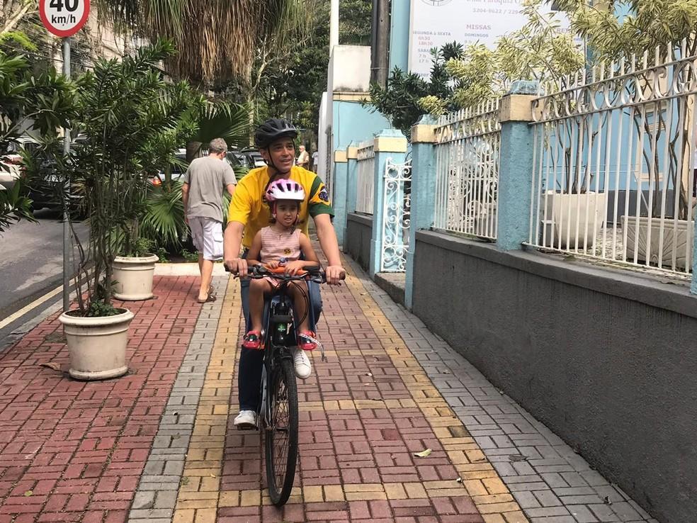 Candidato Indio chegou ao colégio Divina Providência, no Jardim Botânico, de bicicleta — Foto: Guilherme Peixoto / TV Globo