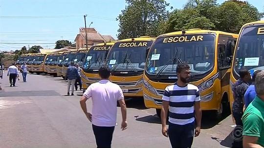 Em Botucatu, governador entrega ônibus escolares e assina convênios