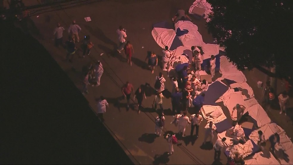Pessoas montam camas na rua em frente ao Hospital Badim, no Maracanã — Foto: Reprodução/Globocop