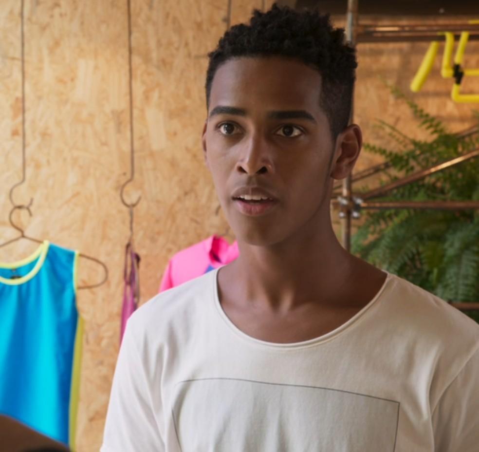 Serginho (João Pedro Oliveira) não acredita no que escuta de Beto (John Buckley) em 'Malhação - Toda Forma de Amar' — Foto: Globo