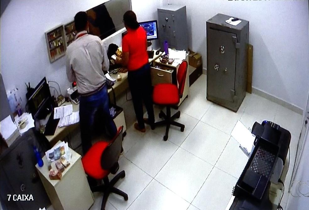 Suspeitos de assalto em distribuidora de bebidas são presos em Palmas (Foto: Reprodução/TV Anhanguera)