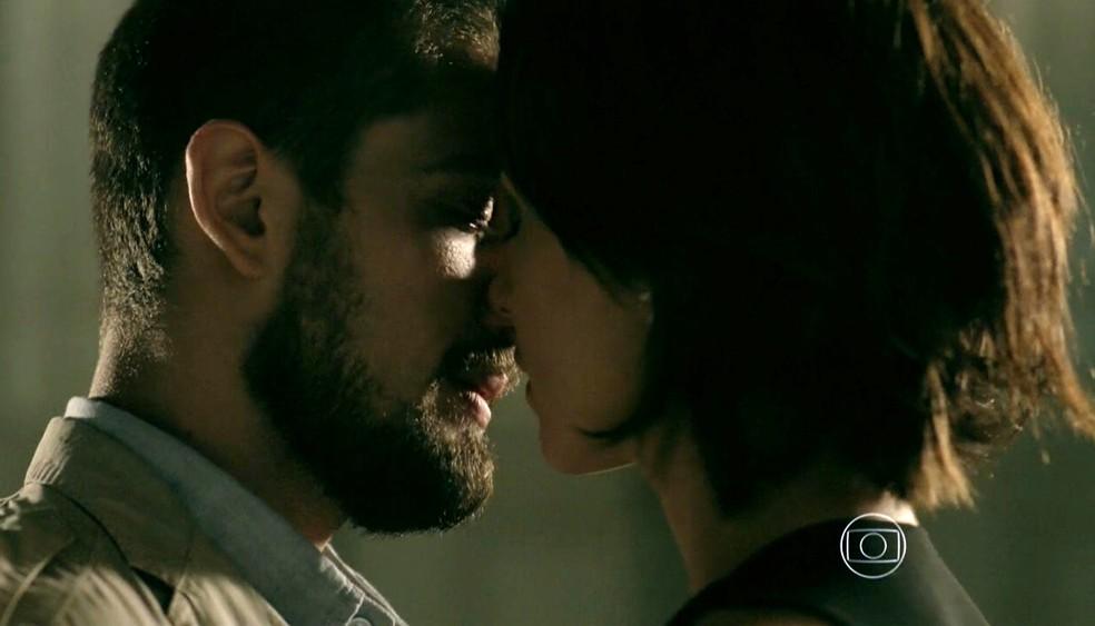 Maria Clara (Andréia Horta) e Vicente (Rafael Cardoso) embarcam no clima durante encontro - 'Império' — Foto: Globo