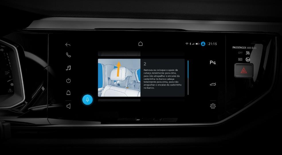 Sistema ensina passo a passo de funções do veículo, como colocar uma cadeirinha de bebê — Foto: Divulgação/Volkswagen