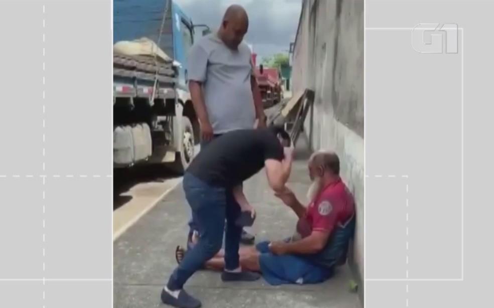 Ex deputado Marcell Moraes bate e ameça homem em situação de rua em Salvador; idoso teria agredido um cachorro — Foto: Redes Sociais