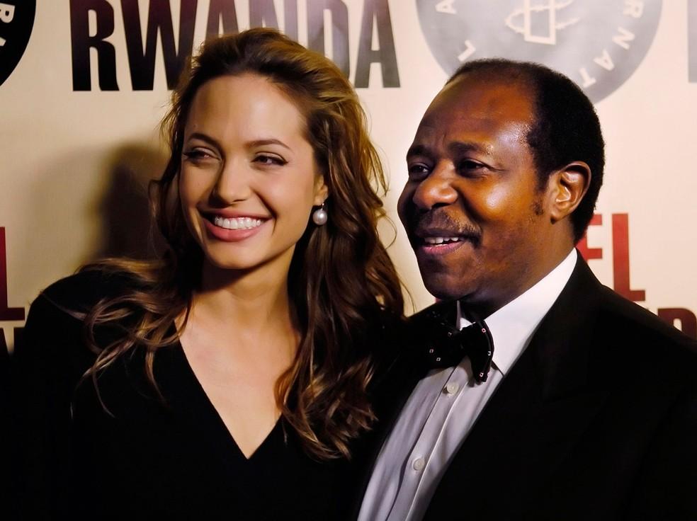 """Paul Rusesabagina, que inspirou o filme """"Hotel Ruanda"""", é fotografado em dezembro de 2004 ao lado da atriz Angelina Jolie — Foto: Chris Pizzello/AP"""