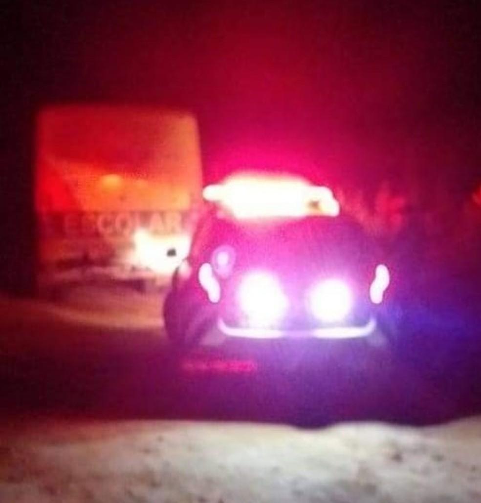 Homens invadem ônibus escolar, assaltam estudantes e matam dois joven no Ceará