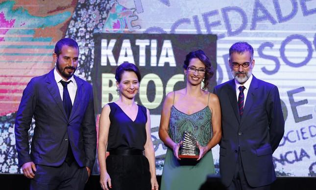A  epidemiologista Kátia Bloch recebeu o Prêmio Faz Diferença na categoria Ciência e Saúde