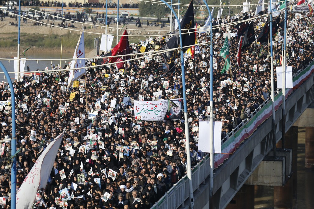 Multidão toma as ruas de Ahvaz neste domingo (5) no funeral de general iraniano morto pelos EUA — Foto: Hossein Mersadi/AFP