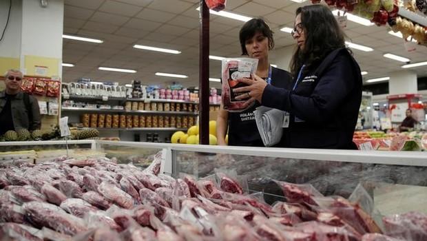 Agentes da Vigilância Sanitária recolhem carne para análise em laboratório em supermercado no Rio de Janeiro - carne - alimento - inspeção (Foto: Ricardo Moraes/Reuters)