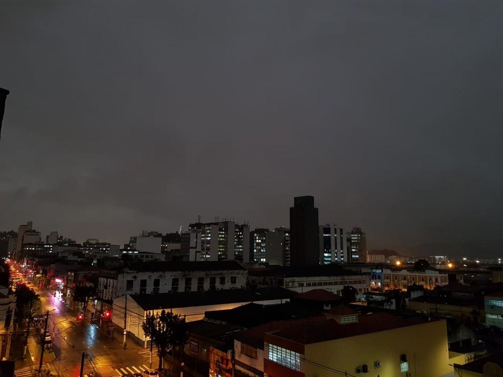 Durante a tarde, nebulosidade escureceu céu no Centro de Santos, SP — Foto: João Amaro/G1