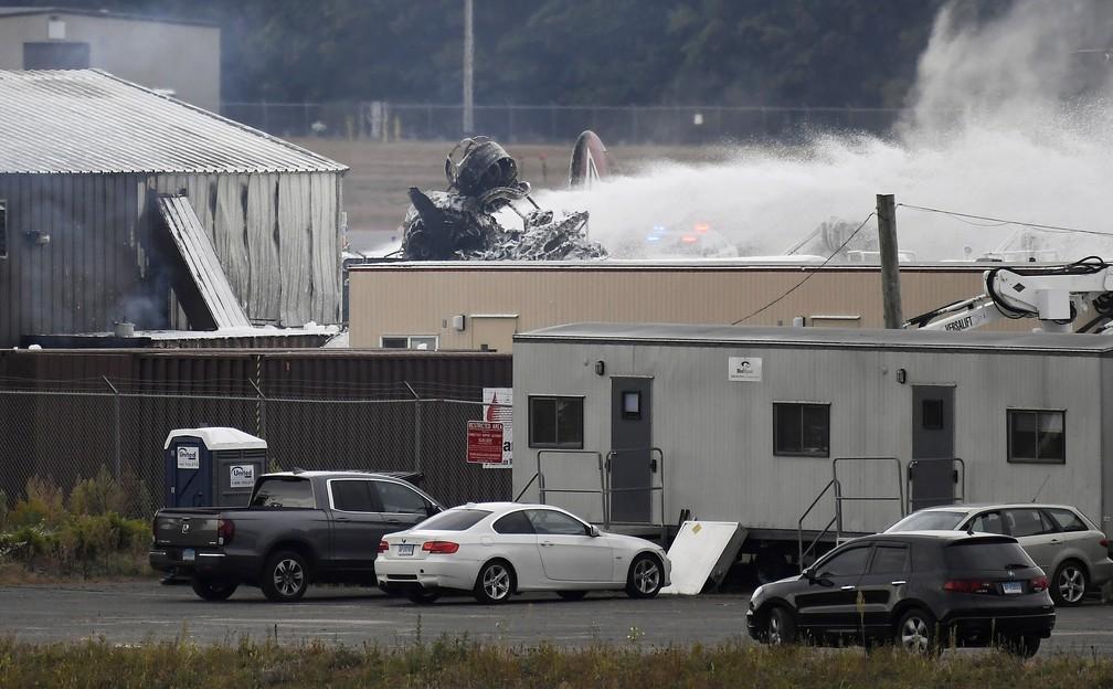 Bombeiros tentam controlar as chamas de Boeing B-17 que caiu nos EUA nesta quarta-feira (2). Aeronave ficou completamente destruída — Foto: Jessica Hill/AP Photo
