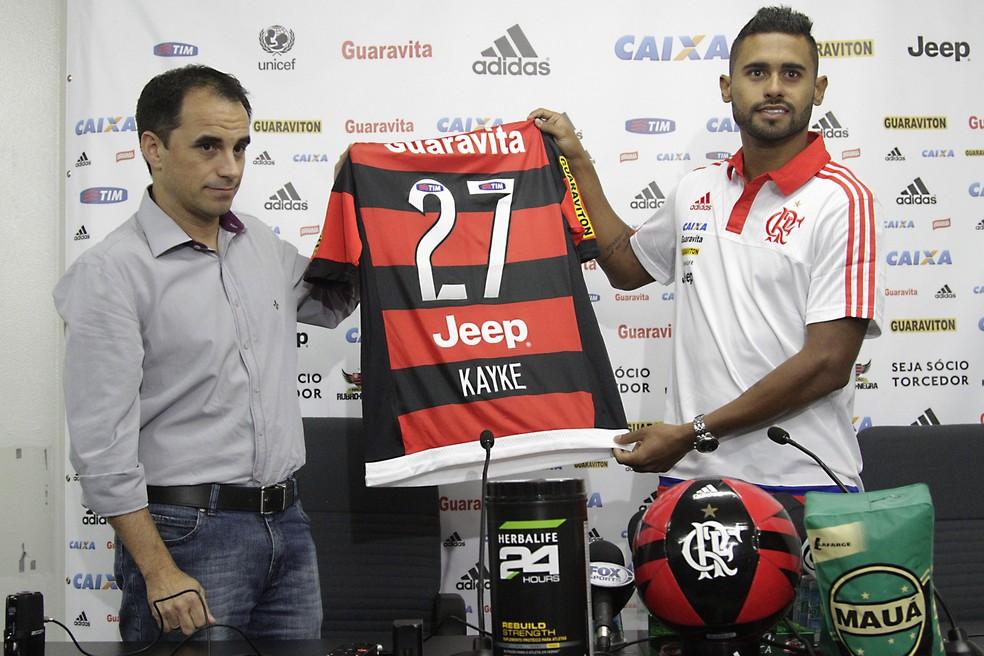 Rodrigo Caetano e Kayke na apresentação do atacante (Foto: Gilvan de Sousa/ Flamengo)