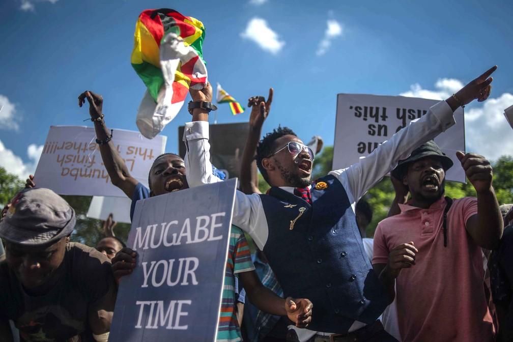 Pessoas comemoram nesta terça-feira (21) nas ruas de Harare a renúncia d erobert Mugabe (Foto: MUJAHID SAFODIEN / AFP)