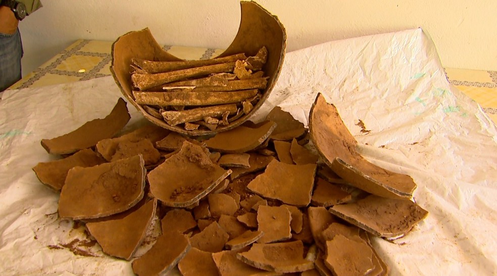 Urna mortuária com ossos humanos foi encontrada na região de Pedregulho, SP — Foto: Carlos Trinca/EPTV