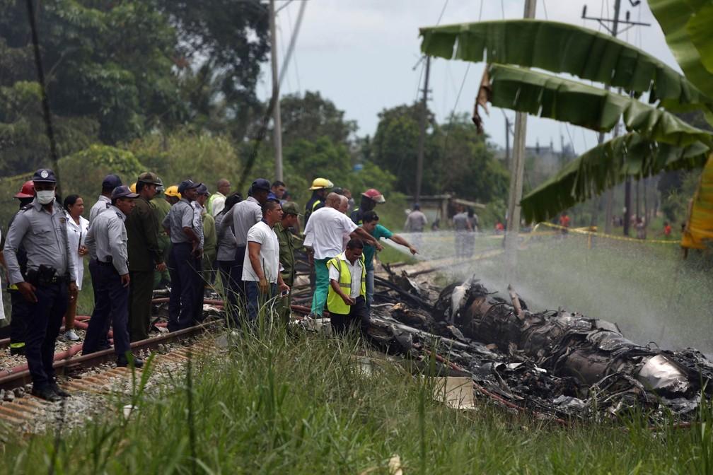 Bombeiros e agentes trabalham em meio a destroços da aeronave caída em Havana (Foto: Alexandre Meneghini/Reuters)
