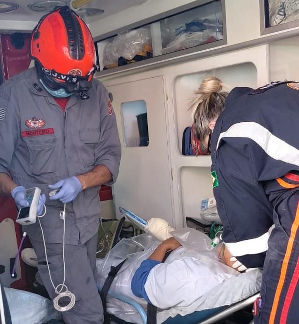 Mulher fica ferida após mão ficar presa em máquina de frigorífico — Foto: Corpo de Bombeiros/Divulgação