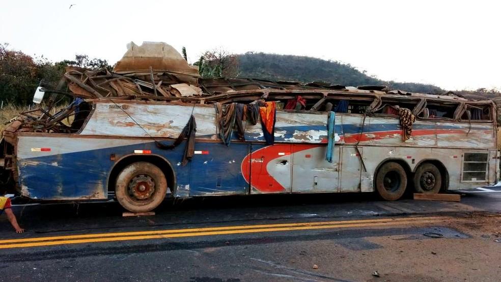 Ônibus de turismo seguia de Arapiraca-AL a São Paulo e acidentou próximo a Serra do Salitre (Foto: Corpo de Bombeiros/Divulgação )