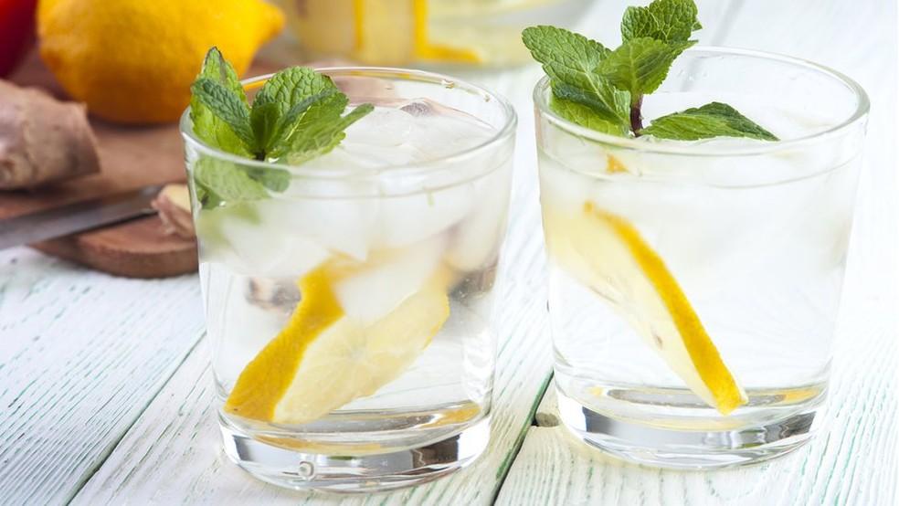 Segundo especialistas, água com uma rodela de limão entre refeições pode danificar os dentes (Foto: Getty Images)