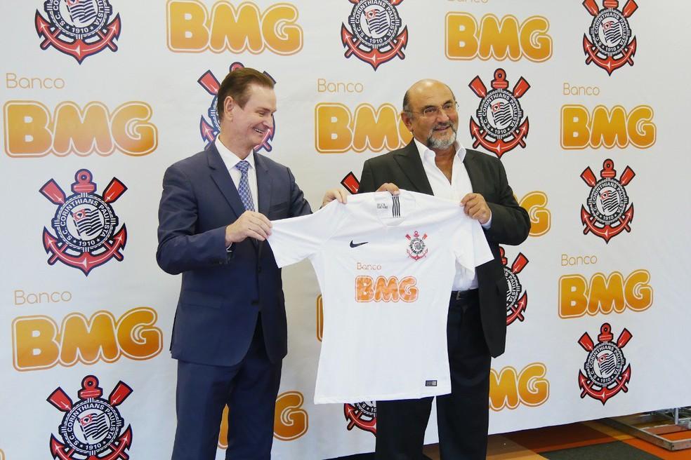 Marcio Alaor, do BMG, e Luis Paulo Rosenberg, do Corinthians, apresentam camisa com novo patrocinador do Timão — Foto: Allan Louros / Divulgação