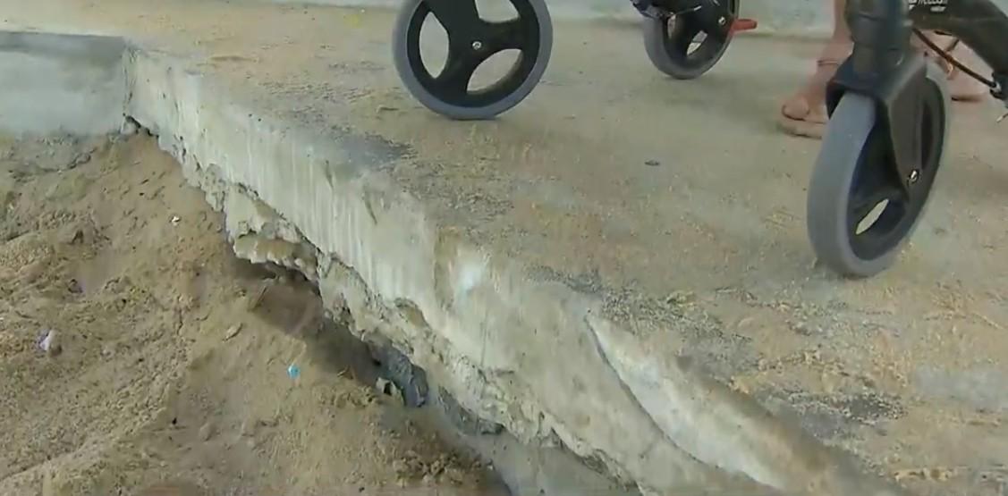 Pessoas com dificuldade de locomoção pedem melhoria em rampa na praia da Boa Viagem, em Salvador