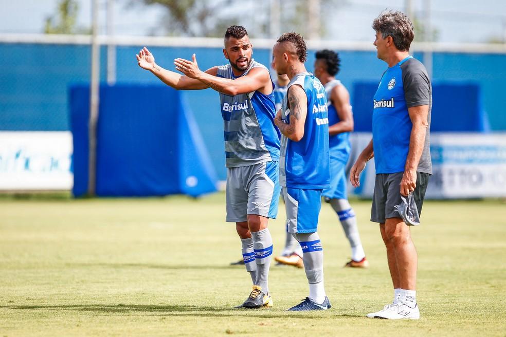 Maicon brinca para Everton o consagrar por conta dos passes (Foto: Lucas Uebel/Grêmio)