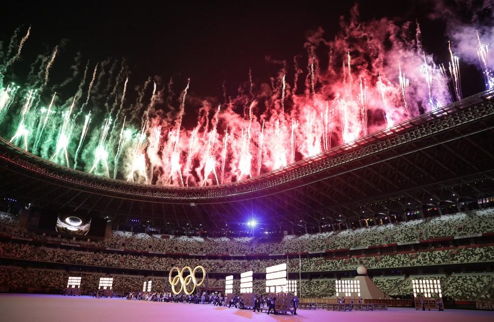 Fogos de artifício são lançados durante a cerimônia de abertura dos Jogos Olímpicos de Tóquio, no Japão — Foto: Hannah Mckay/Reuters