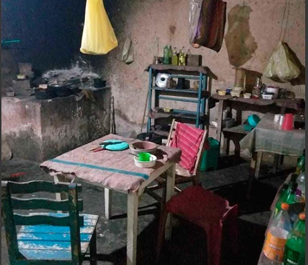 Casebre onde homem foi achado em condições análogas a da escravidão em Entre Rios, na Bahia — Foto: Divulgação/Ministério do Trabalho