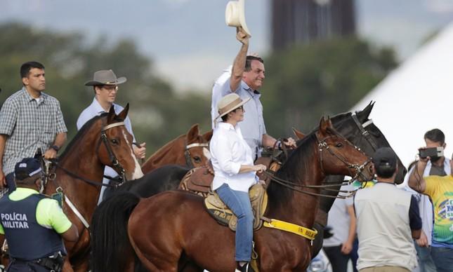 O presidente Jair Bolsonaro com os ministros Ricardo Salles e Tereza Cristina em manifestação com ruralistas