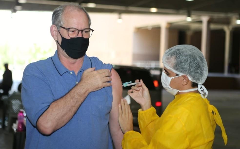 Ciro Gomes recebe a segunda dose do imunizante contra a Covid-19 em Fortaleza. — Foto: Reprodução/Arquivo Pessoal