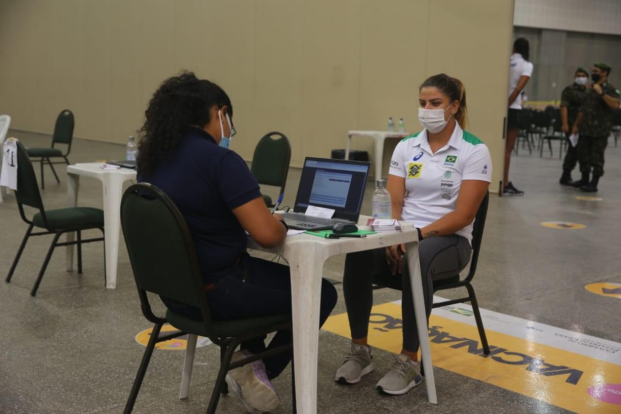 Atletas olímpicos e comissão técnica são vacinados contra Covid-19 em Fortaleza