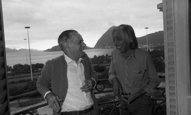João Cabral de Melo Neto (à esquerda) com Ferreira Gullar em apartamento no Aterro do Flamengo