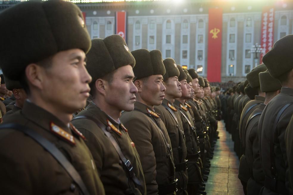Soldados norte-coreanos participam de um encontro para comemorar a declaração que o país alcançou o estado nuclear completo na Praça Kim Il-Sung em Pyongyang, na Coreia do Norte, após lançamento de míssil na quarta (29) (Foto: Kim Won-Jin/AFP)