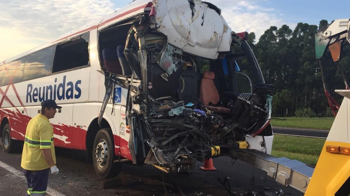Quatro feridos têm alta após acidente entre ônibus e caminhão em Lins
