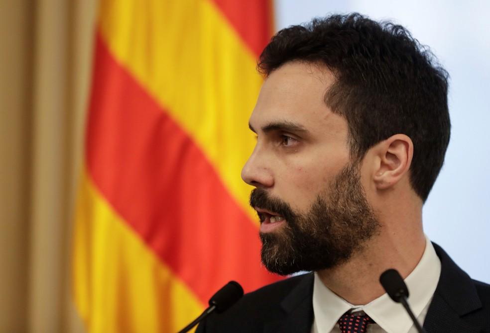 Presidente do Parlamento Catalão, Roger Torrent, em pronunciamento desta terça-feira (30) no qual adiou sessão que discutiria posse de Carles Puigdemont como presidente da Casa (Foto:  Rafael Marchante/ Reuters)