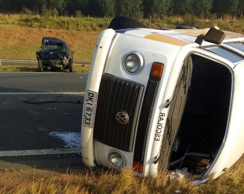 Perua do transporte escolar tombou por conta de colisão na SP-209 em Pardinho (Foto: Prefeitura de Bofete / Divulgação)
