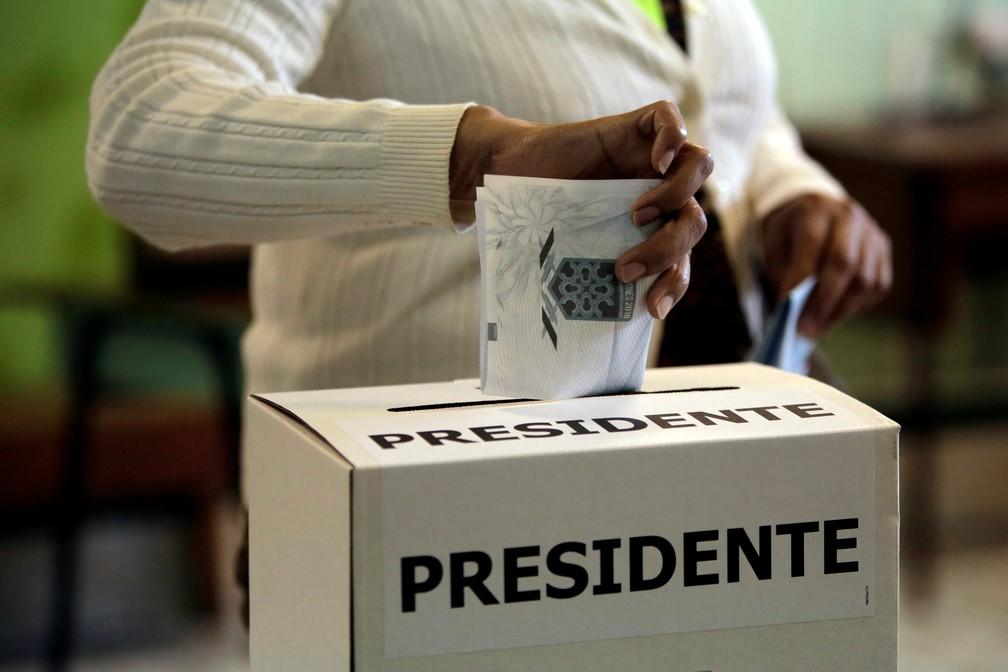 Eleitor deposita voto em seção eleitoral na cidade de San Jose, na Costa Rica (Foto: Juan Carlos Ulate/Reuters)