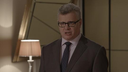 Xavier pede demissão e deixa Consuelo desesperada