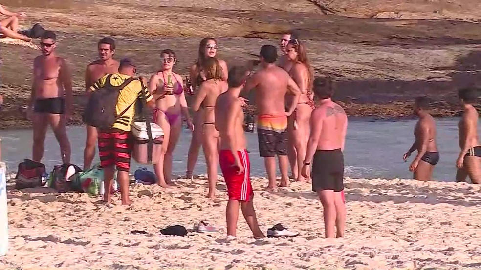 Banhistas se aglomeraram na areia do Arpoador nesta quinta-feira no Rio — Foto: Reprodução/TV Globo