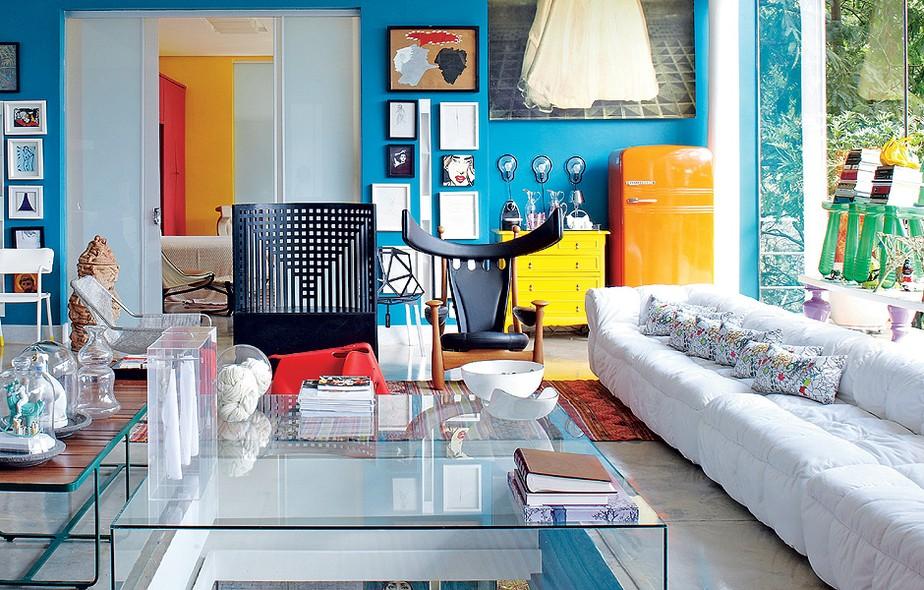 A poltrona Chifruda é um dos destaques da sala colorida do arquiteto Leo Romano, em Goiânia