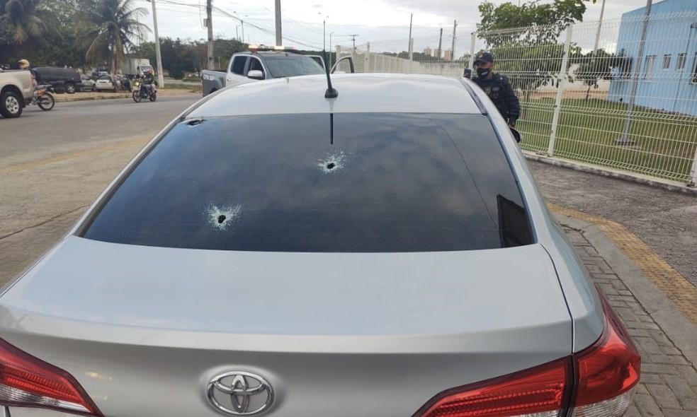 Carro da mulher ficou com marca dos disparos — Foto: Divulgação